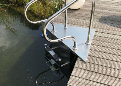 Wunderschöner Gartenteich mit individuell gefertigter Badeleiter aus Edelstahl